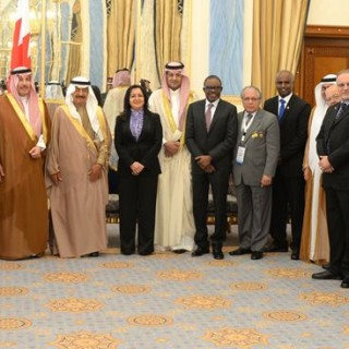 رئيس وزراء البحرين يتسلم جائزة القيادة المتميزة من الاتحاد الدولي لمنظمات التدريب